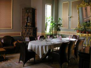 hugehouse-diningroom4
